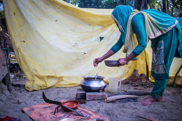 A woman prepares a meal in Kutubdia para. The shanty town is home to an estimated 40,000 people but has no health centre. (Photo by Noor Alam/Majority World)