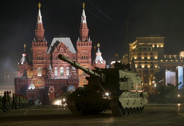 """Russian self-propelled guns """"Koalitsiya-SV"""" are seen during a rehearsal for the Victory parade on Moscow's Red Square May 4, 2015. (Photo by Sergei Karpukhin/Reuters)"""