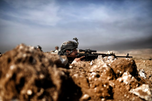 Members of the Iraqi army's 9th Division hold a position on a hill in Talul al-Atshana, on the southwestern outskirts of Mosul, on February 27, 2017, during an offensive to retake the city from Islamic State (IS) group fighters. (Photo by Aris Messinis/AFP Photo)