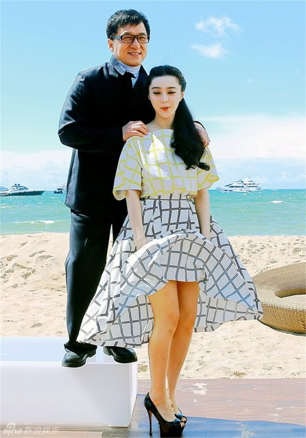 """Chinese actress Fan Bingbing's dress was flying up as she attended the press conference of Jackie Chan's film """"Skiptrace"""" standing by the sea in Cannes, southern France, May 17, 2013. (Photo by Ent.sina.com.cn)"""