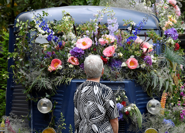 A woman views a floral display on a Citroen H-Van at the RHS Chelsea Flower Show in London, Britain on May 21, 2018. (Photo by Toby Melville/Reuters)