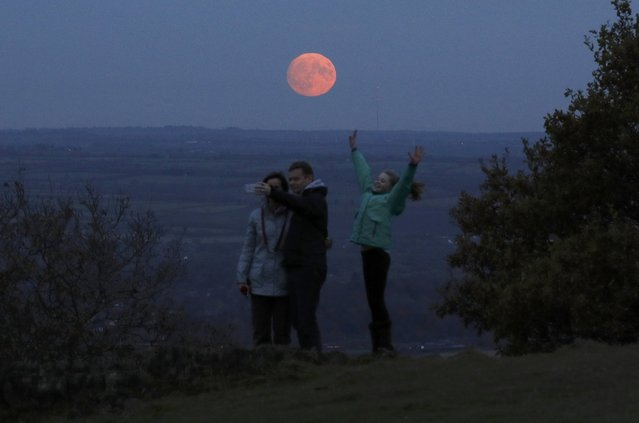 "A family take a selfie as the moon rises a day before the ""supermoon"" spectacle on Beacon Hill near Loughborough, Britain, November 13, 2016. (Photo by Darren Staples/Reuters)"