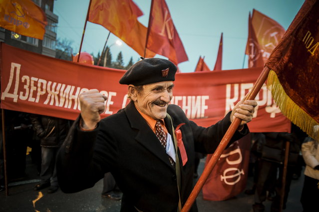 An elderly man participates in a rally by communist Russians marking the 97th anniversary of the Great October Socialist Revolution in Novosibirsk, Russia on November 7, 2014. (Photo by Yevgeny Kurskov/TASS via ZUMA Wire)