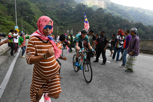 Spectators cheer as cyclists ride uphill in Genting Highlands during the fourth stage of the Malaysian Le Tour de Langkawi cycling race from Shah Alam to Genting Highlands on April 9, 2019. (Photo by Mohd Rasfan/AFP Photo)