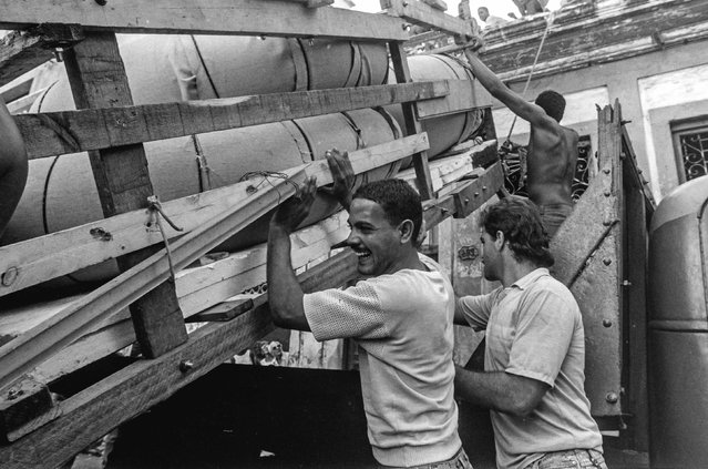 A makeshift boat is lowered from a roof where it was constructed by would-be emigrants, as they take it to launch into the Straits of Florida towards the U.S., on the last day of the 1994 Cuban raft exodus in Havana, in this September 13, 1994 file photo. (Photo by Rolando Pujol Rodriguez/Reuters)