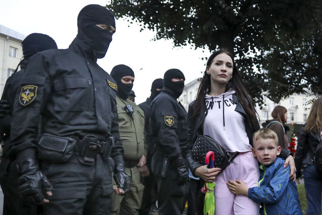 A woman with her child react as police officers detain protesters during a rally in support of Maria Kolesnikova, a member of the Coordination Council created by the opposition to facilitate talks with Lukashenko on a transition of power, was detained Monday in the capital of Minsk with two other council members, in Minsk, Belarus, Tuesday, September 8, 2020. A leading opposition activist in Belarus is being held on the border with Ukraine after she resisted attempts by authorities to deport her from the country as part of a clampdown on protests against authoritarian President Alexander Lukashenko. (Photo by AP Photo/Stringer)