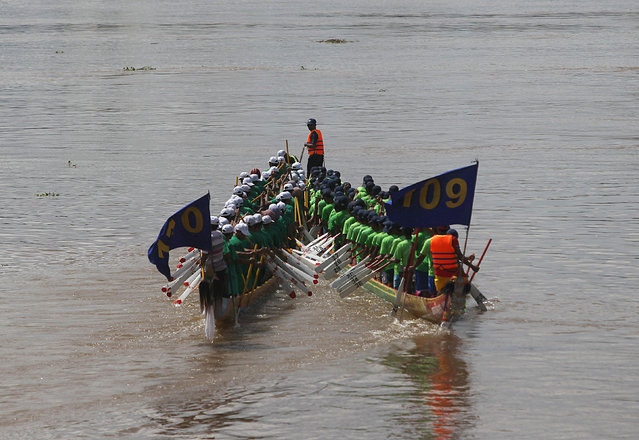 Participants row their boats at the start of a boat race near the Royal Palace during the annual Water Festival on the Tonle Sap river in Phnom Penh, Cambodia November 13, 2016. (Photo by Samrang Pring/Reuters)