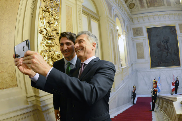 Argentine President Mauricio Macri (R) takes a selfie with Canada's Prime Minister Justin Trudeau at the Casa Rosada Government House, in Buenos Aires, Argentina, November 17, 2016. (Photo by Reuters/Argentine Presidency)