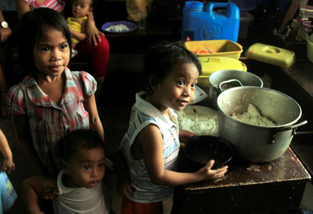 Children celebrate Christmas Day at the evacuation center before Typhoon Nock-ten is expected to strike Legazpi City, Albay province, central Philippines December 25, 2016. (Photo by Reuters/Stringer)