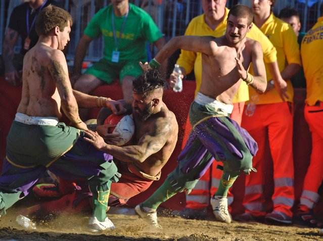 Players take part in a game of the Calcio Storico Fiorentino or traditional soccer played in costume, held at the Piazza Santa Croce in Florence, Italy, 10 June 2017. This early form of football was created in the 16th century in Florence. (Photo by Maurizio Degl Innocenti/EPA/EFE)