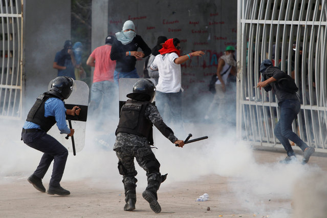 Masked students clash with riot police during a protest against the re-election bid of Honduran President Juan Orlando Hernandez for the 2017 election in Tegucigalpa, Honduras, November 10, 2016. (Photo by Jorge Cabrera/Reuters)