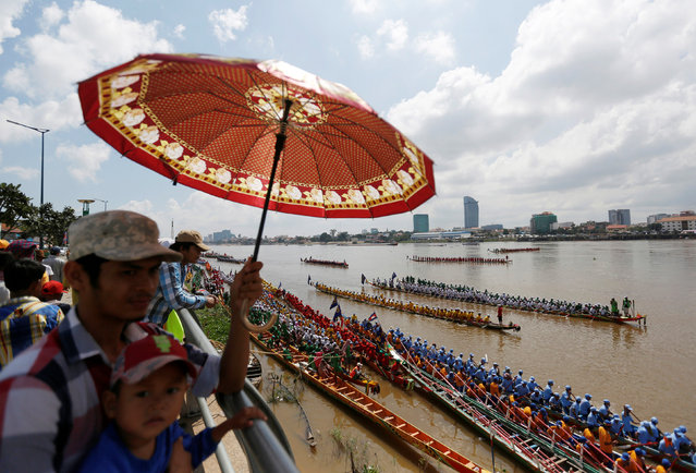 People watch as rowers gather at the start of a boat race near the Royal Palace during the annual Water Festival on the Tonle Sap river in Phnom Penh, Cambodia November 13, 2016. (Photo by Samrang Pring/Reuters)