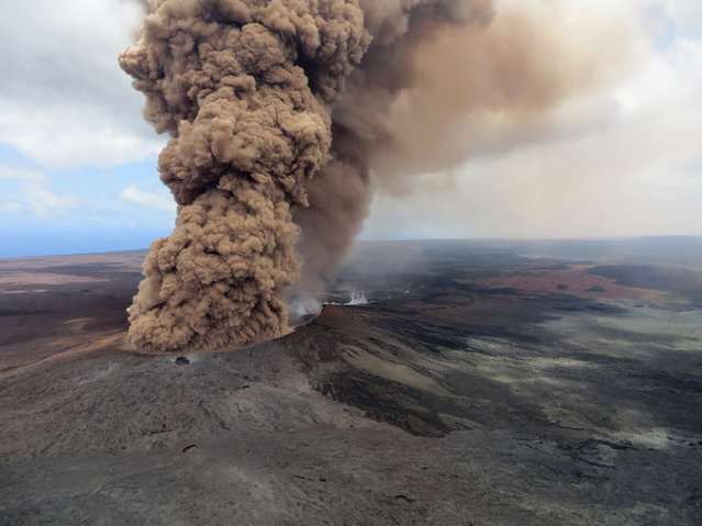 A column of robust, reddish-brown ash plume occurred after a magnitude 6.9 South Flank of Kīlauea earthquake shook the Big Island of Hawaii, May 4, 2018. (Photo by U.S. Geological Survey via AP Photo)