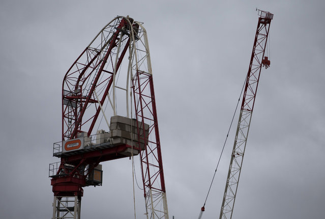 A picture shows a construction crane that was damaged overnight in high winds brought by Storm Katie in south London on March 28, 2016. Tens of thousands of homes were without power in northwestern France early Monday after the region was pounded overnight by winds gusting to hurricane force that also triggered flight cancellations and outages in southern England. (Photo by Daniel Leal-Olivas/AFP Photo)