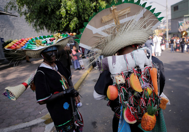 Mexicans wearing period costumes re-enact the battle of Puebla, along the streets in the Penon de los Banos neighbourhood of Mexico City, Mexico May 5, 2016. (Photo by Henry Romero/Reuters)