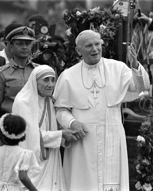 Pope John Paul II holds hands with Mother Teresa after visiting the Casa del Cuore Puro, Mother Teresa's home for the destitute and dying, in the eastern Indian city of Calcutta February 3, 1986. (Photo by Luciano Mellace/Reuters)
