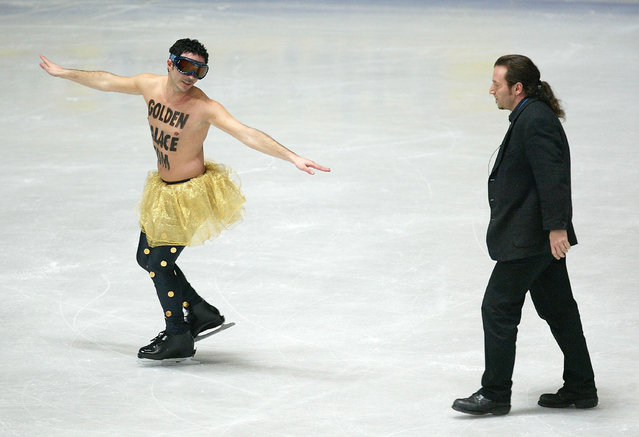 A streaker is chased by a sercurity guard on the ice during the ladies free skating program at the 2004 World Figure Skating championships at Westfalenhalle on March 27, 2004 in Dortmund, Germany. (Photo by Stuart Franklin/Getty Images)
