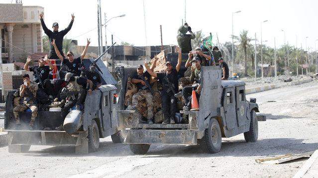 Iraqi counterterrorism forces gesture in Falluja, Iraq, June 26, 2016. (Photo by Thaier Al-Sudani/Reuters)