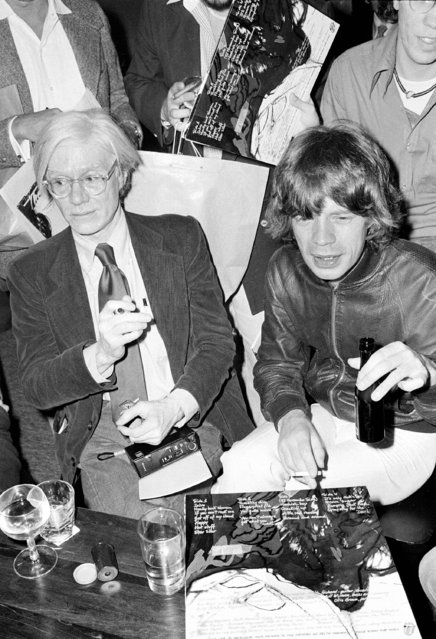 """Rolling Stones lead singer Mick Jagger, right, is shown with pop artist Andy Warhol during a promotion for his band's new album, """"Love You Live"""", at Trax, a midtown New York City nightspot, Friday, September 23, 1977. (Photo by AP Photo)"""