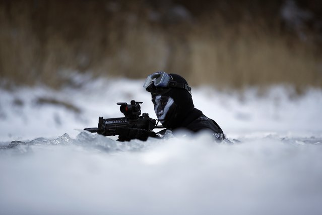 A member of the South Korean Special Warfare Forces takes his position in frozen waters during a winter exercise in Pyeongchang January 8, 2015. (Photo by Kim Hong-Ji/Reuters)