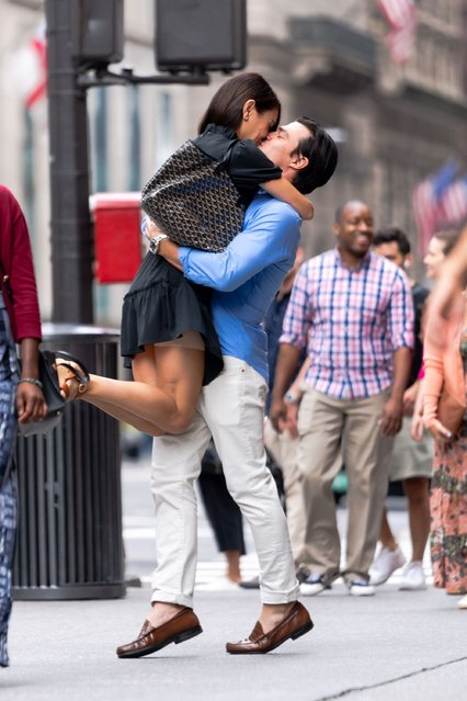 """Mila Kunis (L) and Finn Wittrock are seen filming """"Luckiest Girl Alive"""" in Midtown on August 28, 2021 in New York City. (Photo by Gotham/GC Images)"""