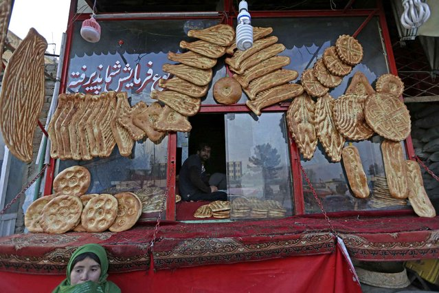 An Afghan vendor waits for customers to buy bread, in Kabul, Afghanistan on Wednesday, January 4, 2017. (Photo by Rahmat Gul/AP Photo)