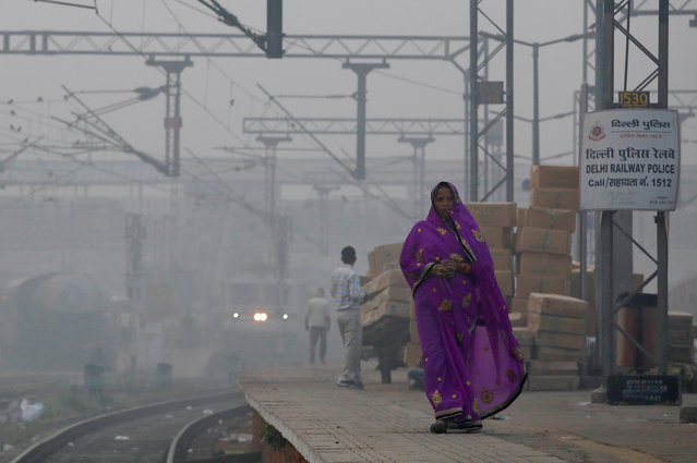 A woman walks along a railway platform on a smoggy morning in New Delhi, India, November 10, 2017. (Photo by Saumya Khandelwal/Reuters)