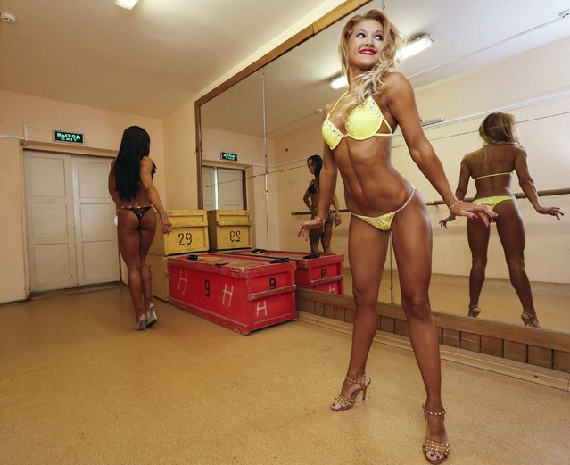 "Participants prepare backstage before the 5th ""Strongo Cup"" open amateur bodybuilding tournament at the State Opera and Ballet Theatre in Russia's Siberian city of Krasnoyarsk, November 1, 2014. (Photo by Ilya Naymushin/Reuters)"