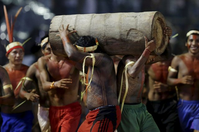 Indigenous men from the Xerente tribe compete in a relay race carrying tree trunks during the first World Games for Indigenous Peoples in Palmas, Brazil, October 27, 2015. (Photo by Ueslei Marcelino/Reuters)