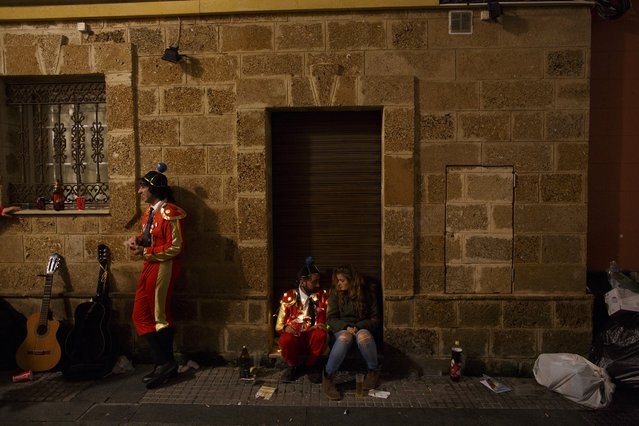 Revellers chat during the Carnival of Cadiz, southern Spain February 17, 2015. (Photo by Marcelo del Pozo/Reuters)