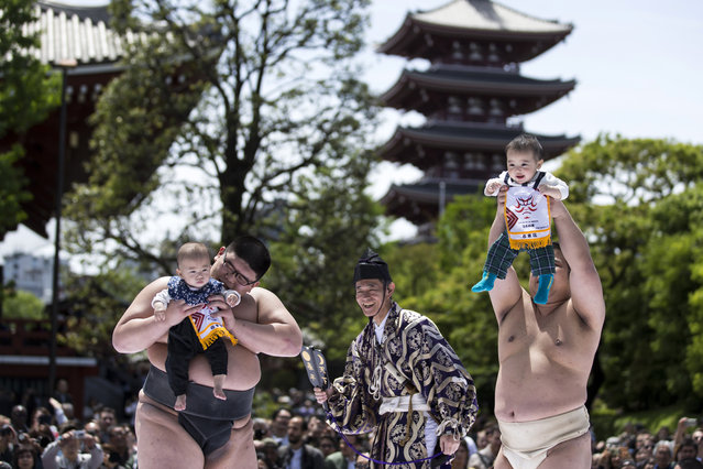 Babies are held by sumo wrestlers during the Nakizumo or Naki Sumo Baby Crying contest at Sensoji Temple on April 28, 2019 in Tokyo, Japan. 160 babies born in 2018 competed at the traditional festival that is believed to bring growth and good health to the infants. (Photo by Tomohiro Ohsumi/Getty Images)