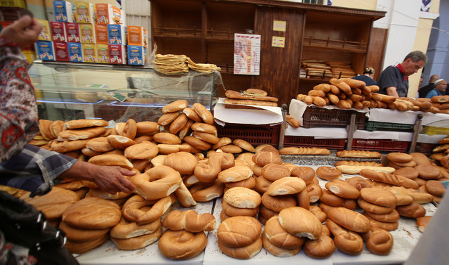 A man arranges  bread on the first day of the holy fasting month of Ramadan in Tunis, Tunisia  June 6, 2016. (Photo by Zoubeir Souissi/Reuters)