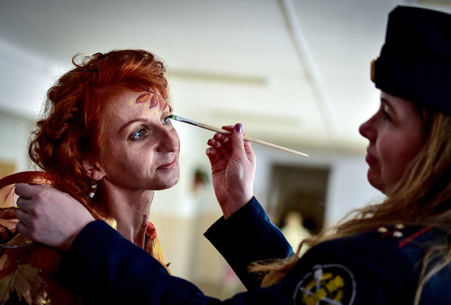 A convicthas makeup applied ahead of during a fashion show at female penal colony No 10 in the village of Gornoye, Primorye Territory, Russia on June 7, 2017. (Photo by Yuri Smityuk/TASS)