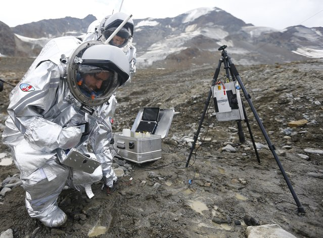 Inigo Munoz Elorza of Spain works together with Stefan Dobrovolny of Austria (R) during a simulated Mars mission on Tyrolean glaciers in Kaunertal August 7, 2015. (Photo by Dominic Ebenbichler/Reuters)