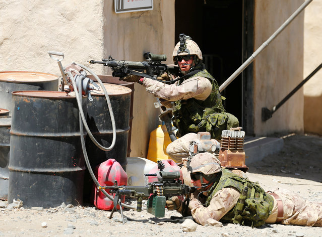 Canadian soldiers from the Royal 22nd Regiment take up positions during a non-combative extraction operation in a simulated village as part of Rim of the Pacific (RIMPAC) 2016 exercise held at Camp Pendleton, California United States, July 11, 2016. (Photo by Mike Blake/Reuters)