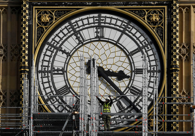 Scaffolders work on the Big Ben clock tower which is undergoing maintenance in Westminster, London, Britain October 11, 2017. (Photo by Toby Melville/Reuters)