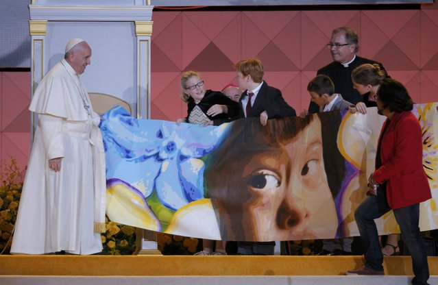 Children bring a mural for Pope Francis to signs as he attends the Festival of Families in Philadelphia, Pennsylvania September 26, 2015. (Photo by Brian Snyder/Reuters)