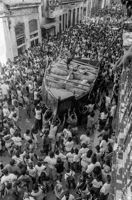 Cubans watch as a makeshift boat is carried by would-be emigrants through the city to launch into the Straits of Florida towards the U.S., on the last day of the 1994 Cuban raft exodus in Havana, in this September 13, 1994 file photo. (Photo by Rolando Pujol Rodriguez/Reuters)
