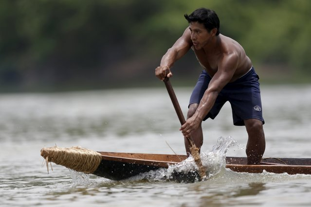 A indigenous man practices canoeing during the first World Games for Indigenous Peoples in Palmas, Brazil, October 28, 2015. (Photo by Ueslei Marcelino/Reuters)