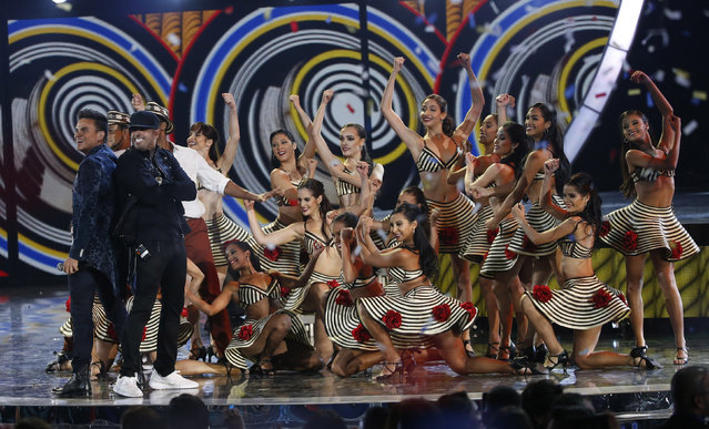 """Sylvestre Dangond (L) performs """"Materialista"""" with Nicky Jam (2nd from L) during the Latin Recording Academy Person of the Year gala honoring Brazilian singer Roberto Carlos in Las Vegas, Nevada November 18, 2015. (Photo by Mario Anzuoni/Reuters)"""