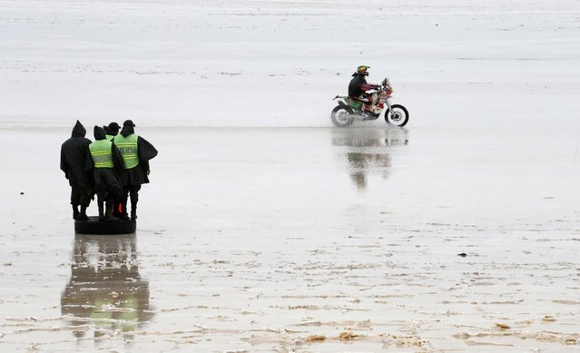 Yamaha rider Fabricio Fuentes of Bolivia rides during the 8th stage of the Dakar Rally 2015 on the Salar de Uyuni salt flat, from Uyuni to Iquique, January 12, 2015. (Photo by Jean-Paul Pelissier/Reuters)