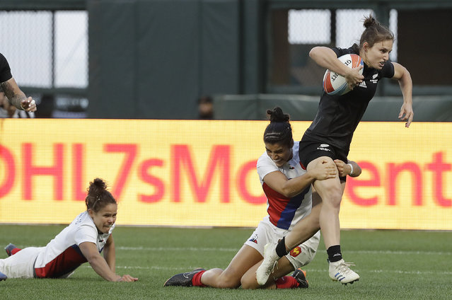 New Zealand's Michaela Blyde, right, runs past players from France during the Women's Rugby Sevens World Cup final in San Francisco, Saturday, July 21, 2018. New Zealand won 29-0. (Photo by Jeff Chiu/AP Photo)
