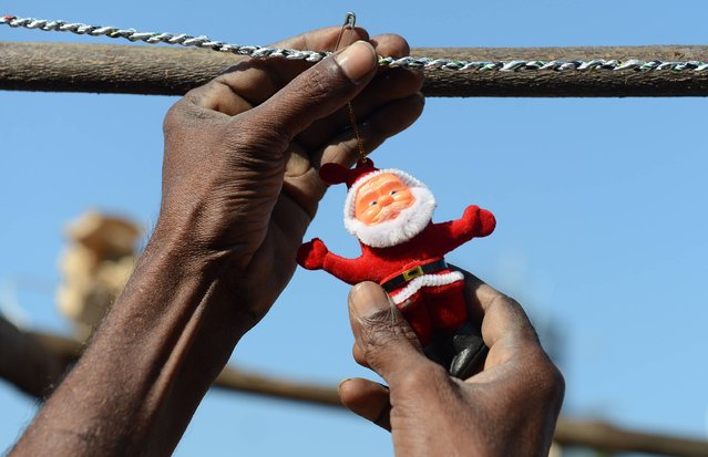 Sri Lankan vendor displays Christmas decorations on a stall at a roadside ahead of Christmas Day in Colombo on December 23, 2016. Christians account for some six percent of Sri Lanka's 21 million people. (Photo by Lakruwan Wanniarachchi/AFP Photo)