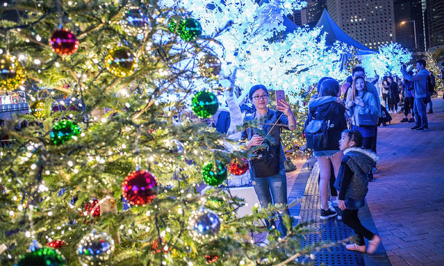 Crowds of people celebrate Christmas at shopping area in Central where is full of festive decorations on December 24, 2016 in Hong Kong. (Photo by Lam Yik Fei/Getty Images)