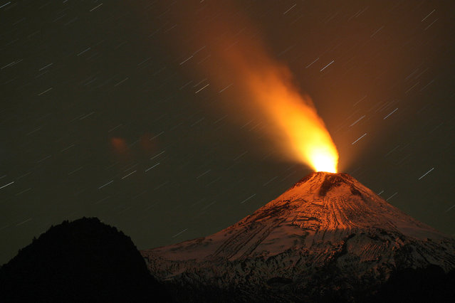 View of the Villarrica volcano taken from Pucon, some 800 km south of Santiago, showing visible signs of activity on April 21, 2015. (Photo by Sebastian Escobar/AFP Photo)
