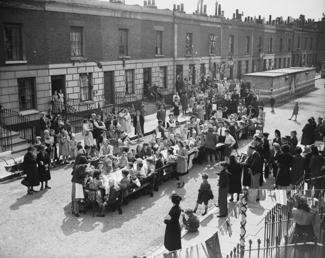21st May 1945: Residents of Tilloch Street in Islington, London, during a tea party to celebrate VE (Victory In Europe) Day. (Photo by Central Press/Getty Images)