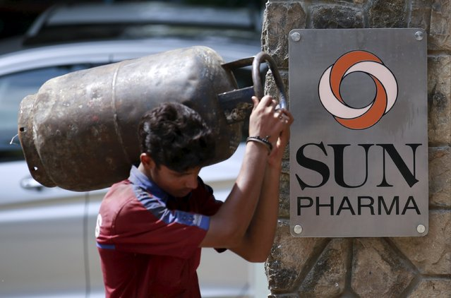 A man carrying a gas cylinder walks out of the research and development centre of Sun Pharmaceutical Industries Ltd in Mumbai in this May 29, 2014 file photo. Sun Pharmaceutical Industries Ltd, India's third-largest drugmaker by revenue,  is expected to announce Q1 results this week. (Photo by Danish Siddiqui/Reuters)