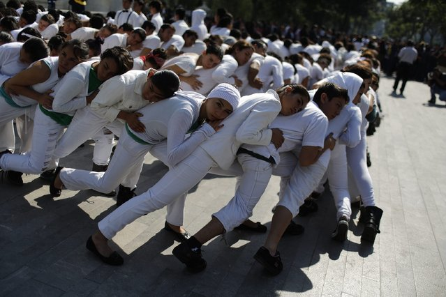 Students of a dance academy perform as part on an earthquake evacuation drill in Mexico City September 19, 2014. The drill was part of events marking the 29th anniversary of the1985 Mexico City earthquake that killed at least 10,000, local media reported. (Photo by Tomas Bravo/Reuters)