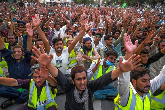 Activists of Tehreek-e-Labbaik Pakistan shout slogans during a protest against the reprinting of satirical sketches of the Prophet Mohammad by French magazine Charlie Hebdo, in Lahore on September 4, 2020. French satirical weekly Charlie Hebdo, the target of a jihadist attack in 2015, said on September 4 that its latest edition reprinting controversial caricatures of the Prophet Mohammed had sold out in just one day. (Photo by Arif Ali/AFP Photo)