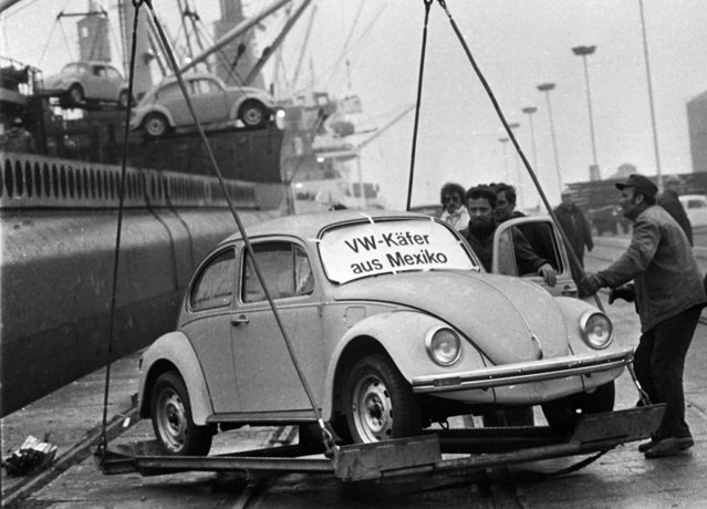 "The first of a shipment of Volkswagen ""Beetles"" made in Mexico are unloaded at Emden harbor in Germany December 20, 1977, after Volkswagen ended production of the car in Europe. Volkswagen's new Beetle was unveiled at the North American International Auto Show in Detroit Monday, Jan 5, 1998. The new Beetle is larger inside and out than its predecessor and more costly, with a base U.S. sticker price of $15,200. The sign on the windshield reads, in German, ""Volkswagen Beetle from Mexico"". (Photo by Heinz Ducklau/AP Photo)"